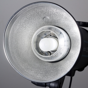 photo_studio_equipment_-_flash_and_reflectors