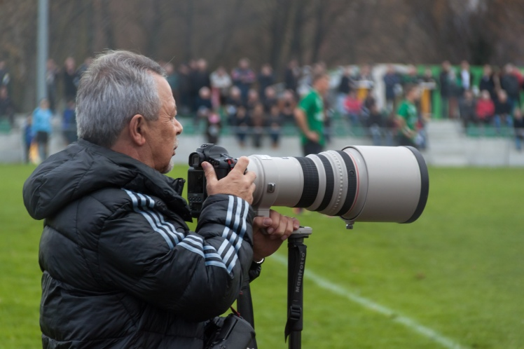 photographer_with_telephoto_lens_on_football_game